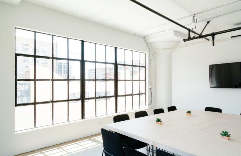 Bâtiment : quels sont les atouts du plafond tendu ?