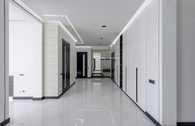 Comment décorer des intérieurs avec de hauts plafonds ?